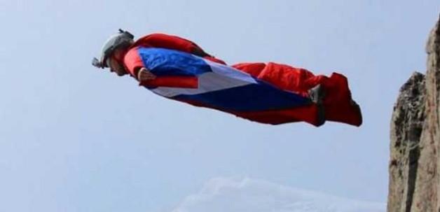 Olimpiyat yıldızı 3 bin metreden çakıldı