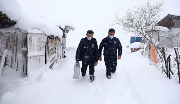 Sağlıkçılar kar kış dinlemedi!