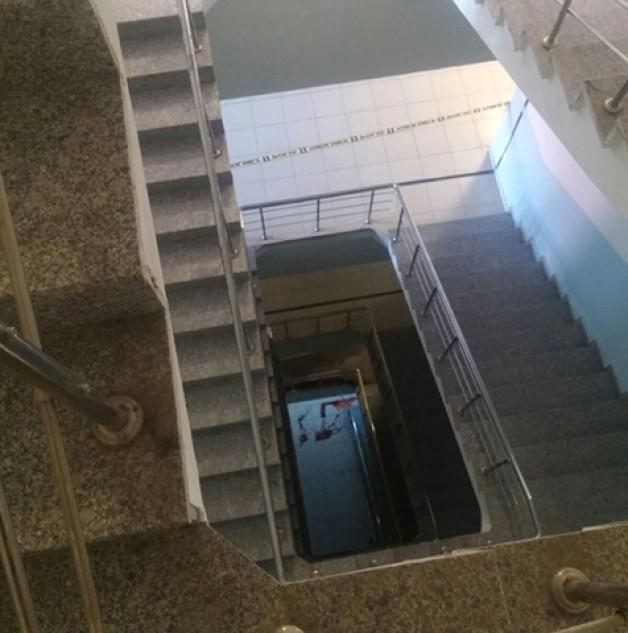5. katın merdiven boşluğundan düşen çocuk kurtulamadı