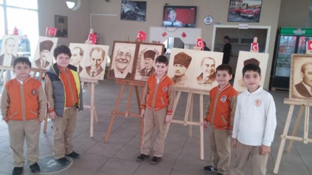 """ADD'den Atatürk konulu resim sergisi Atatürkçü Düşünce Derneği Karacabey Şubesi, bugün 10 Kasım Atatürk'ü Anma Günü dolayısıyla ahşap üzerine yakma portrelerin bulunduğu Resim Sergisi açacak. ADD Şube Başkanı Haluk Aka, tüm ilçe halkının Atatürk Resim Sergisi'ne davetli olduğunu duyurdu. Atatürk Kent Meydanı'nda bulunan Kahve6'da gerçekleştirilecek olan resim sergisinin 10 Kasım Cuma günü saat 10.30'da açılacağını kaydeden Dernek Başkanı Haluk Aka, serginin 12 Kasım Pazar gününe kadar ziyaretçilere açık olacağını bildirdi. Tüm Karacabey halkının Atatürk Resim Sergisi'ne davetli olduğunu duyuran Aka, """"Ülkemizde artan terör saldırıları bizleri yolumuzdan asla ve asla döndüremeyecektir. Terör saldırılarında hayatını kaybeden aziz şehitlerimize Allah'tan Rahmet, yakınlarına başsağlığı ve yaralılara acil şifalar diliyoruz. Teröre inat herkesi vatanımızın kurucusu Gazi Mustafa Kemal Atatürk'ün resimlerinden oluşan sergimize davet ediyoruz. Gün birlik ve de tek yumruk olma günüdür."""" diye konuştu."""