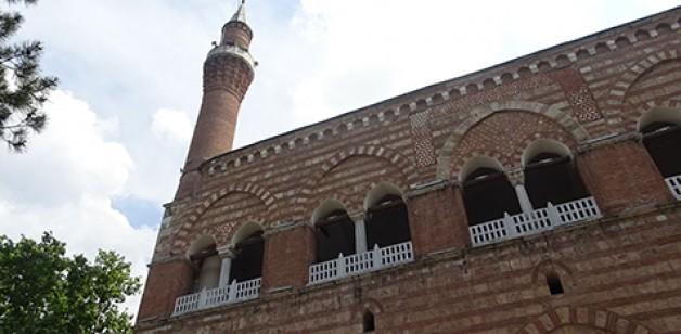 Altı cami üstü medrese