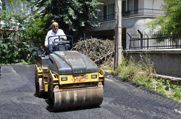Belediye başkanı asfaltı kendisi döküyor