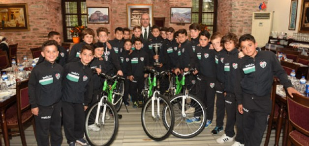 Genç şampiyonlara bisiklet hediyesi
