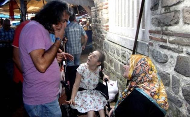 Kapkaççılar engelli kızın çantasını çaldı