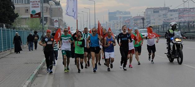 Maraton koşucuları polis için koştu