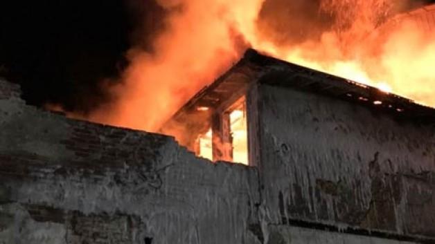 Metruk binada yangın paniği