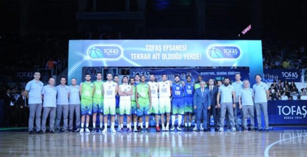 """TOFAŞ'tan görkemli sezon açılışı TOFAŞ Basketbol Takımı, 2017-2018 sezonuna taraftarıyla birlikte 'merhaba' dedi. Basketbol şölenine dönüşen organizasyonda yeni sezon kadrosu ve formaları tanıtıldı. 'Kulüp elçisi' David Rivers ve dünyaca ünlü basketbol gösteri grubu Harlem Wizards geceye renk kattı.  2017-2018 sezonunda Tahincioğlu Basketbol Süper Ligi'nin yanı sıra 7Days Eurocup'ta da mücadele verecek olan TOFAŞ Basketbol Takımı, yeni sezonu müthiş bir şölenle açtı. """"Basketbol kenti Bursa"""" sloganıyla yeni başarılar hedefleyecek olan mavi-yeşilliler, oldukça renkli görüntülere sahne olan gecede taraftarına 'merhaba' dedi. Nilüfer TOFAŞ Spor Salonu'ndaki organizasyona basketbolseverler yoğun ilgi gösterdi. Gecede ilk olarak yeni sezon A Takım kadrosu tek tek tanıtılırken, oyuncular parkeye yeni sezon formalarıyla çıktı. Ardından TOFAŞ Spor Kulübü Başkanı ve aynı zamanda TOFAŞ CEO'su Cengiz Eroldu sahneye çıkarak, açılış töreninde bir konuşma yaptı. Eroldu, 2017-2018 sezonunda 'Basketbol kenti Bursa' vizyonuyla, sportif başarı dışında, en üst düzeyde oyuncu-antrenör yetiştirmeyi ve gençlerin hayatına basketbolla dokunmayı hedeflediklerini söyledi. """"Yeni başarılara imza atmayı hedefliyoruz"""" Kulüp olarak geçen yıl başarılı bir sezon geçirdiklerini vurgulayan Başkan Eroldu, şu ifadeleri kullandı: """"Sportif başarımız, organizasyonumuz ve itibarımızla bu yıl Eurocup'ta mücadele edecek takımlar arasına girdik. Genel Menajerimiz Tolga Öngören ve Başantrenörümüz Orhun Ene liderliğindeki genç ama deneyimli ekibimizi bir kez daha tebrik ediyorum. Spora yaptığımız yatırımlar, sadece sportif başarıyı hedeflemiyor. Bursa'nın basketbol potansiyelini, genç nüfusunun daha fazla basketbol oynamasını, sporseverlerin basketbola olan sevgi ve ilgisini artırmayı amaçlıyoruz. Kurumumuz TOFAŞ'la, parçası olduğumuz basketbol ailesinin ilişkisinin de buna güzel bir örnek olduğuna inanıyorum. Yeni sezonda Eurocup ve Tahincioğlu Basketbol Süper Ligi'mizde yeni başarılara imza atmayı hedefliyoruz"""