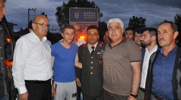 Yaralı askere protokol karşılaması