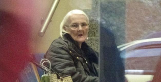 Yaşlı kadın az daha dolandırılıyordu