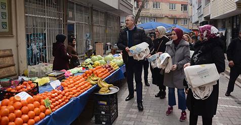Özkan-ailesiyle-birlikte-pazaryerinde-2