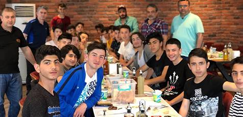 Şahin'den-şampiyon-takıma-yemek-2